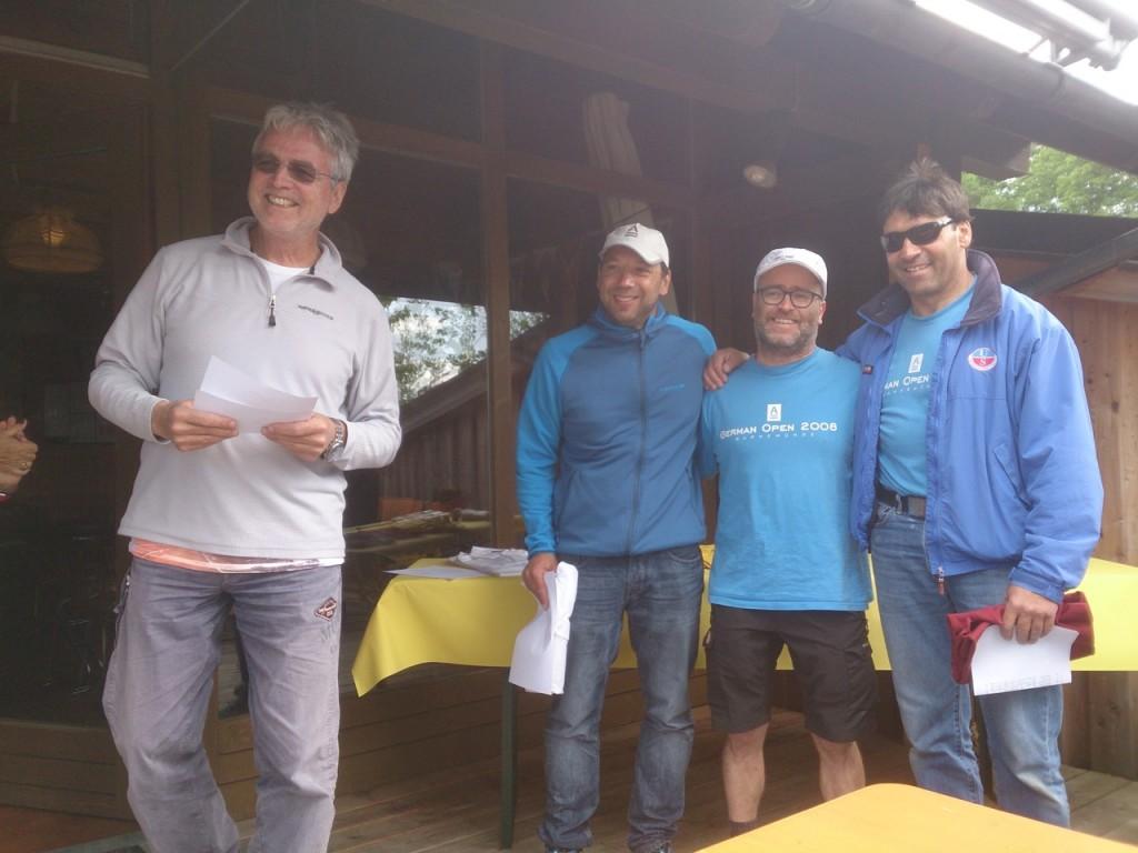 1. Vorstand und Wettfahrtleiter Klaus Brütting bei der Siegerehrung mit Georg, Bob und Jürgen.